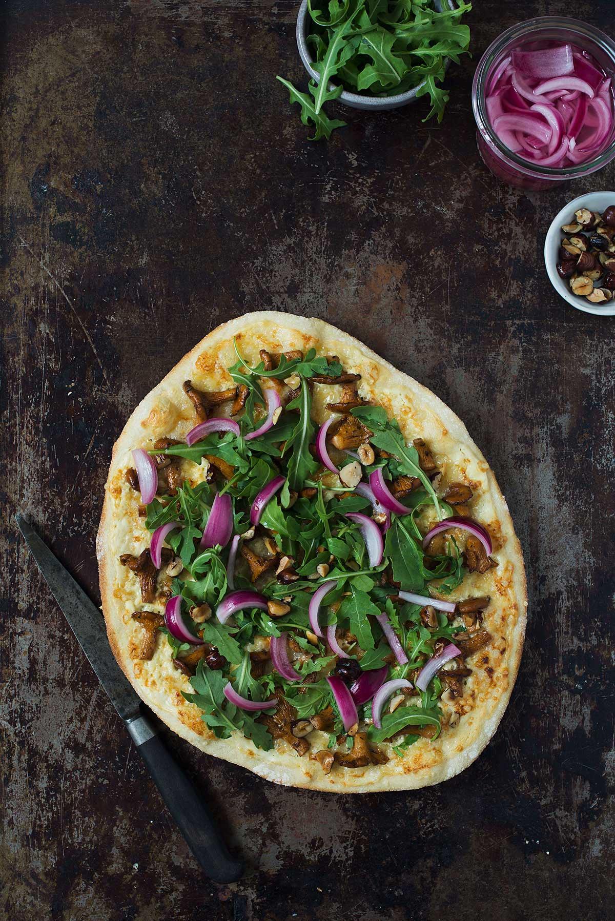 Recept: Vit pizza med kantareller och picklad rödlök   Frk. Kräsen