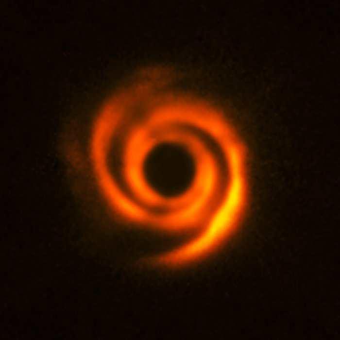 Le disque protoplanétaire autour de l'étoile HD 135344B. On voit des bras en spirales qui ont pu être crée par des protoplanètes massives comme Jupiter - Crédit : ESO, T. Stolker et al.