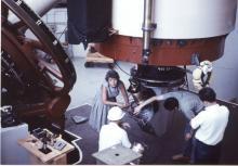 Vera Rubin est morte le 25 décembre 2016. Dans les années 1970, Vera Rubin avait confirmé la présence d'une matière invisible en observant le mouvement des étoiles et cela avait lancé la chasse à la matière noire qui continue toujours aujourd'hui.