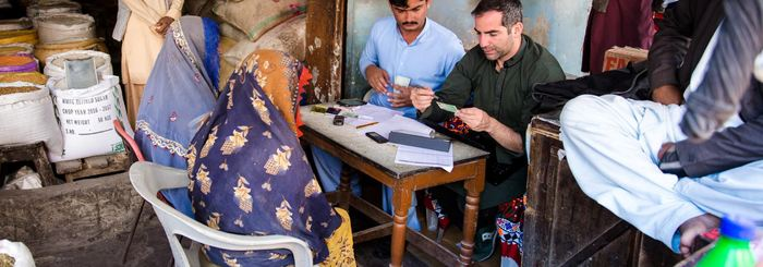 Un programme pilote au Pakistan permet à des familles dans le besoin de recevoir de la nourriture et de l'argent via la Blockchain - Crédit : Farman Ali/UN World Food Program