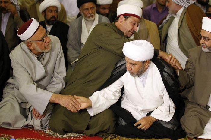 Des chiites et des sunnites se serrent la main pendant une prière conjointe à Bagdad - Thaier Al-Sudani/Reuters