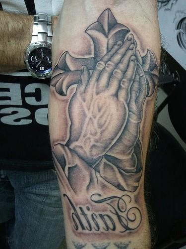 Tatuaje De Manos Rezando Cruz Cristiana Y La Palabra Fé