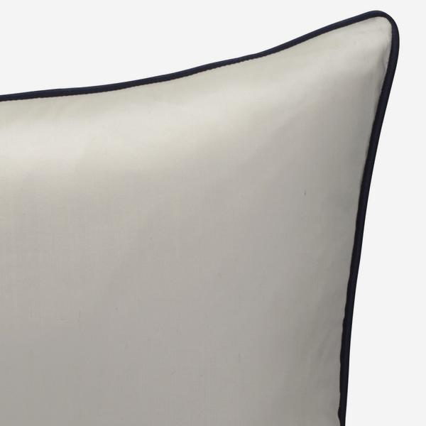 Markham_Ice_Cushion_with_Midnight_Piping_ACC2729_