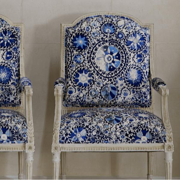 Camelot_Plaster_Wallpaper_vintage_chairs_in_Iznik_Cobalt_fabric