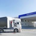 Un camion va a fare rifornimento presso il distributore installato nella sede dell'Astra