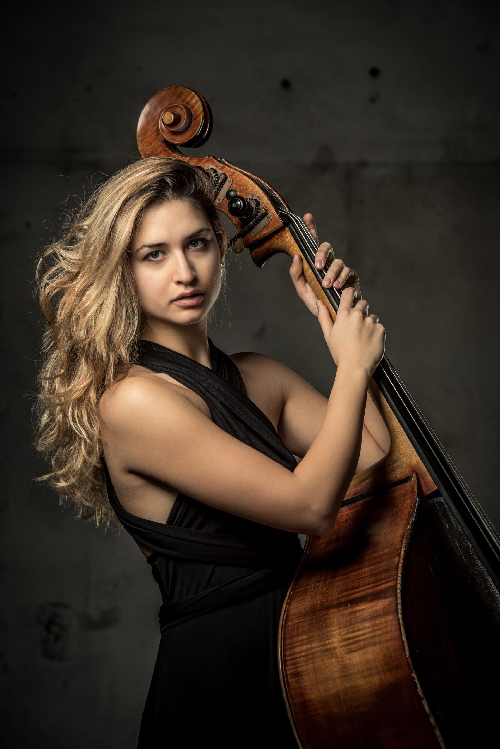Alessandra Avico al contrabbasso solista