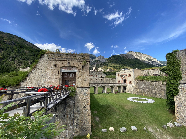 Il Forte Albertino di Vinadio visto dalla strada provinciale della Valle Stura: in primo piano il Rivellino, al centro la Porta Francia