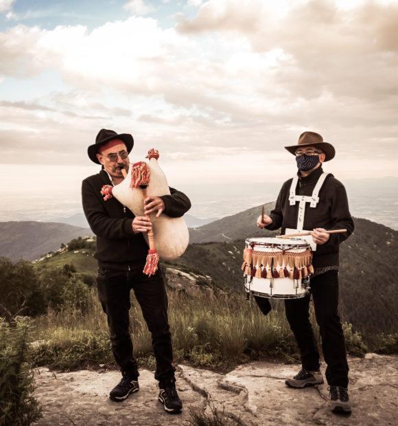 La Bandia, duo occitano di musiche rituali: Sergio Berardo alla cornamusa e Riccardo Serra ai tamburi. Foto © Roberto Avena