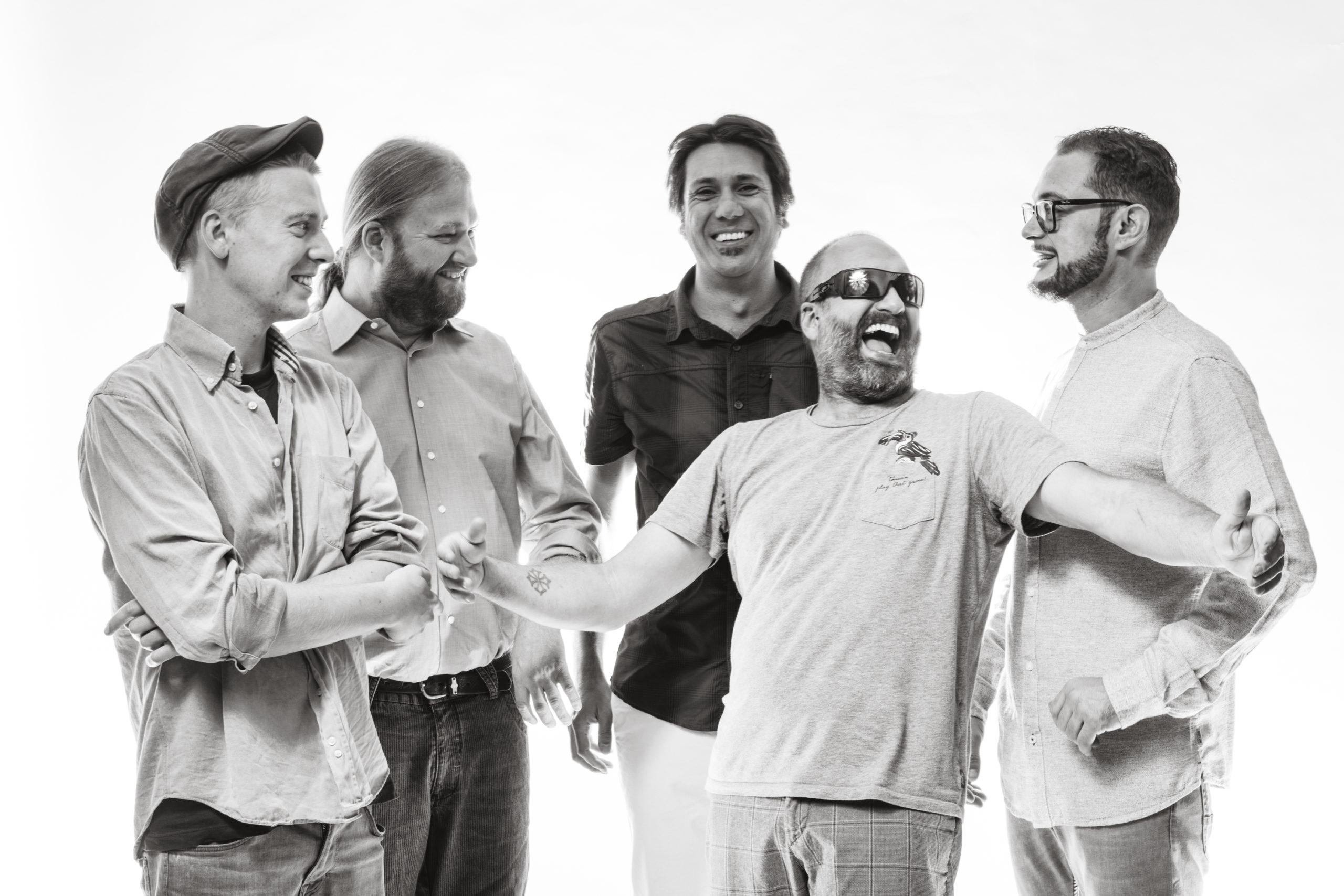 """Lou Seriol: in concerto per """"Occit'amo"""" festival venerdì 9 luglio a Gaiola: foto in bianconero di cinque uomini che ridono"""