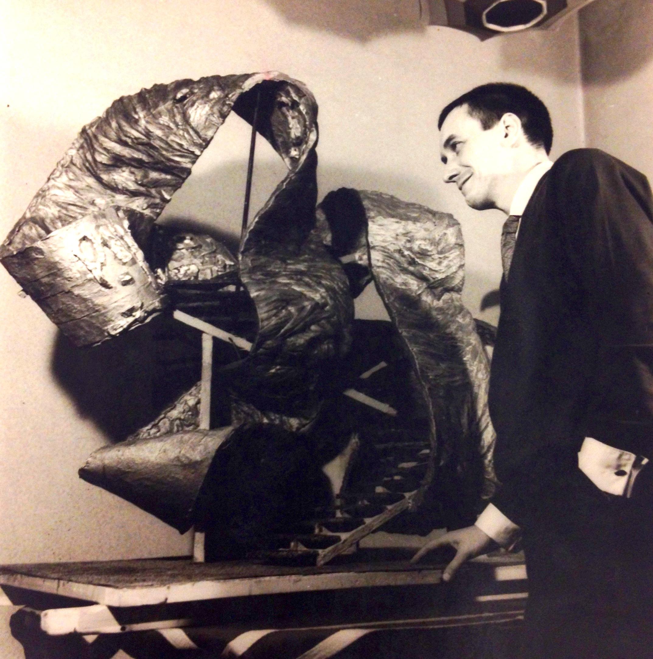 Simondo nel 1963 con una sua scultura © Archivio Simondo - Torino