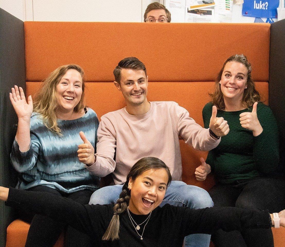 Teamfoto van 5 content managers