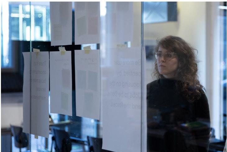 Nina Vossen kijkt naar schetsen van de copy van een klant