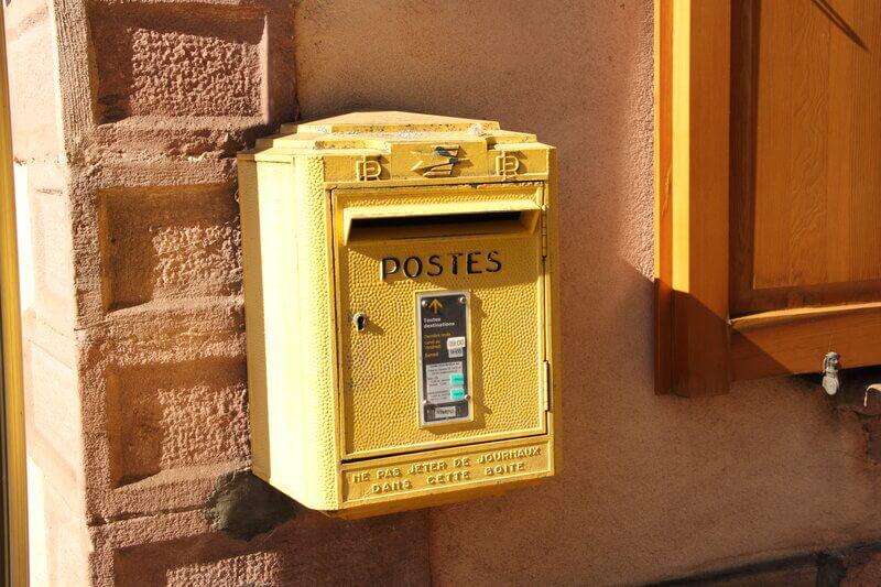 La Poste boite aux lettres jaune