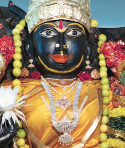 socha Mahišásury Mardini / Kanaka Durgy v Penukondě, Indie.