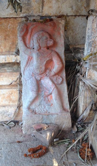 Kamenný reliéf s motivem Hanumana - součást starého chrámu na hoře za Šrí Káléšvarovým ášramem v Penukondě, Indie.