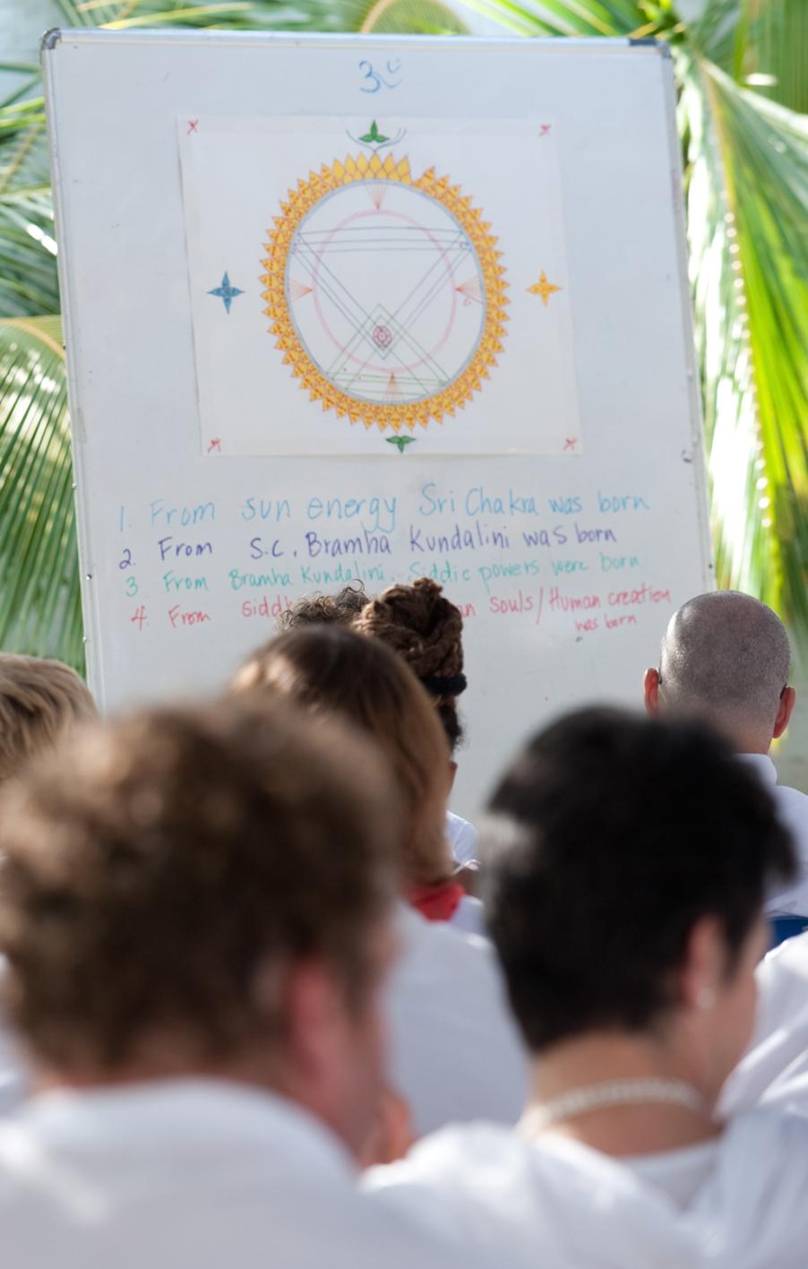 Výuka janry Šrí čakry na Univerzitě duše v Penukondě, Indie