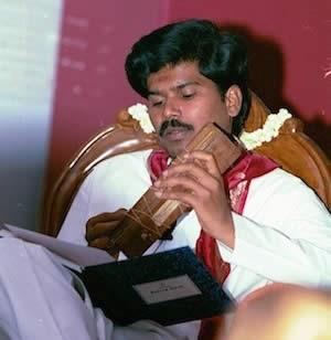 Sri Kaleshwar lehrt aus einem Palmblattbuch