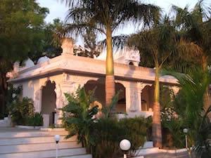 Dwarkamai - ein Meditationstempel, in dem heute die Statue von Mahishasura Mardini sowie Sri Kaleshwars Samadhi beheimatet ist.