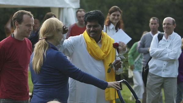 Swami segnet Matha auf der Schweibenalp, Schweiz