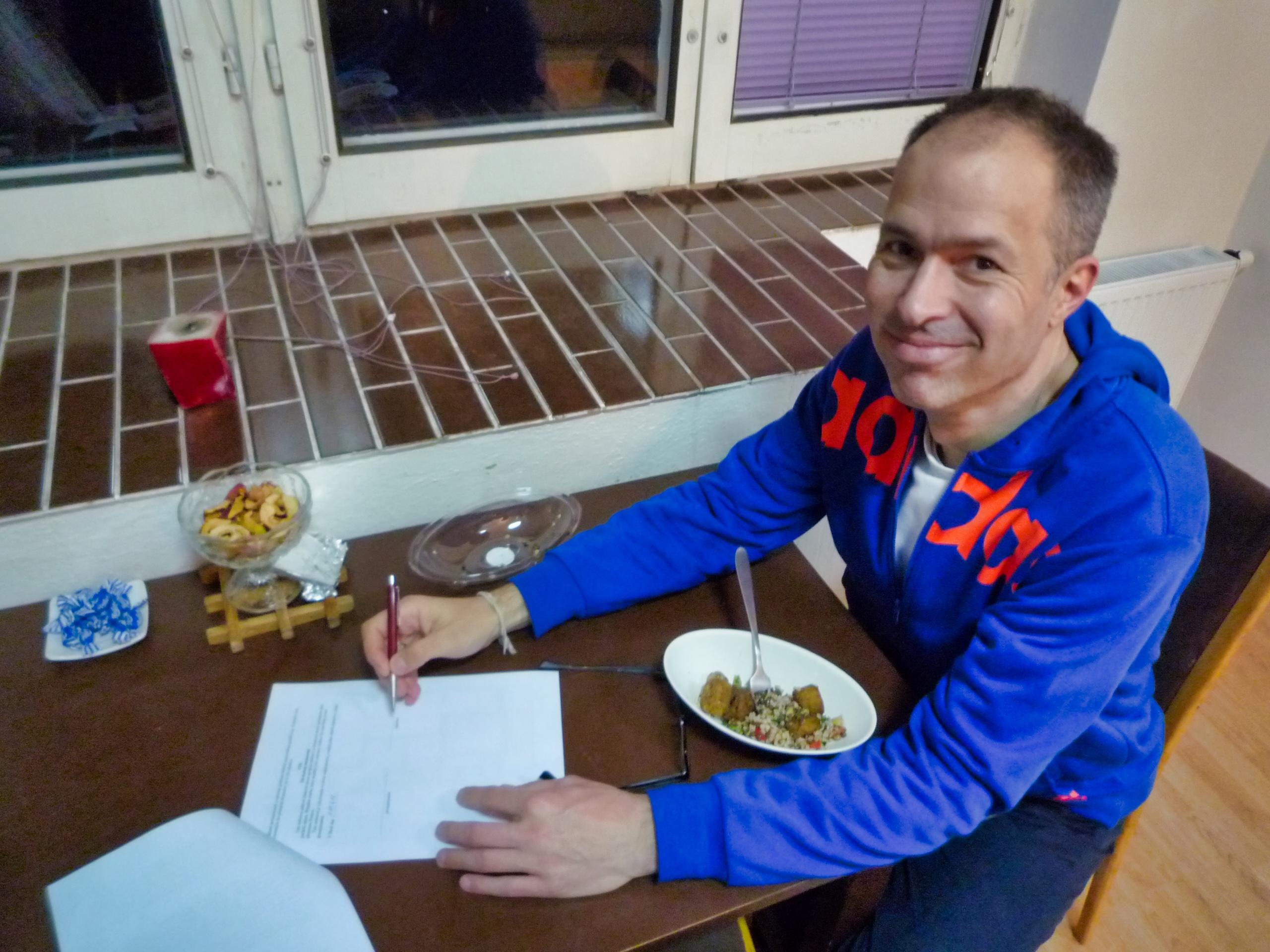 Tobias unterschreibt den Mietvertrag