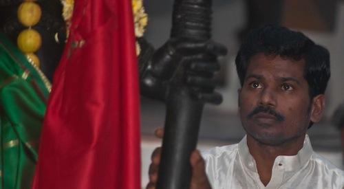 Sri Kaleshwar katsoo Jumalallisen Äidin patsasta, hiukan ennen sen siirtämistä Dwarkamaihin Penukondassa, Intiassa vuonna 2011.