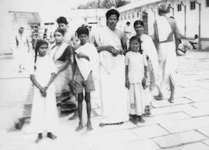 家族と寺院を訪れた7才のカレシュワーラ