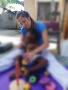 Fysioterapistudent holder barn i Tanzania