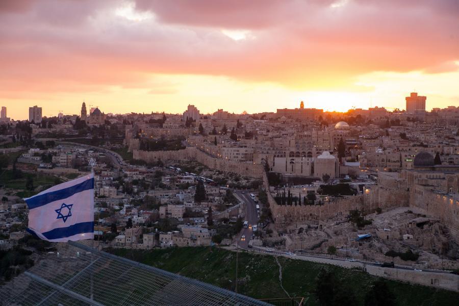 israel med flagget i forgrunnen
