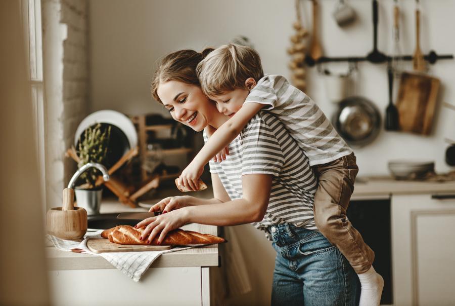 mor og sønn som lager mat på kjøkkenet