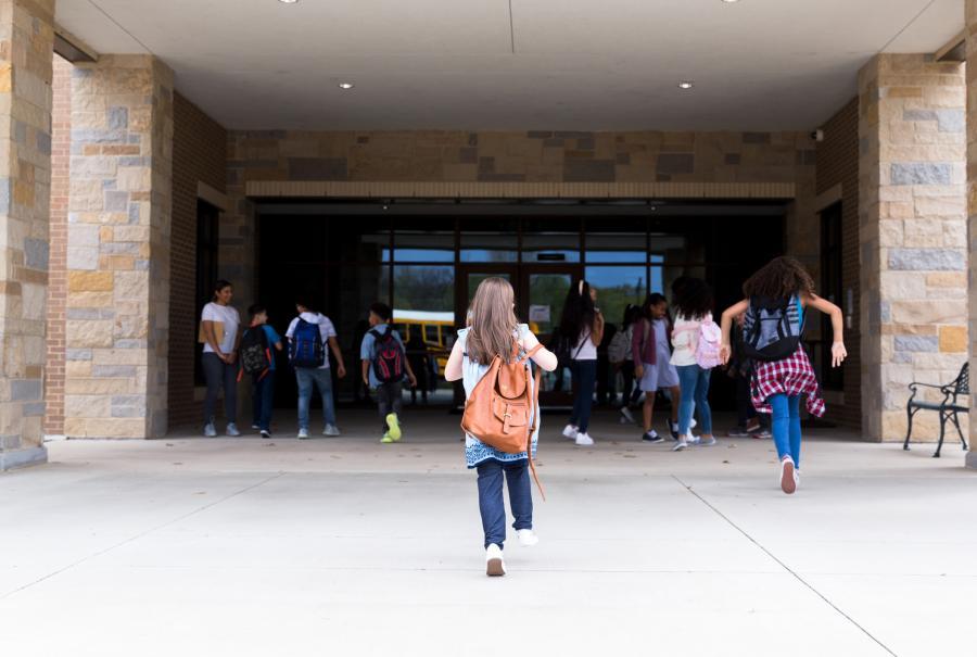 jnet på vei inn i skolen