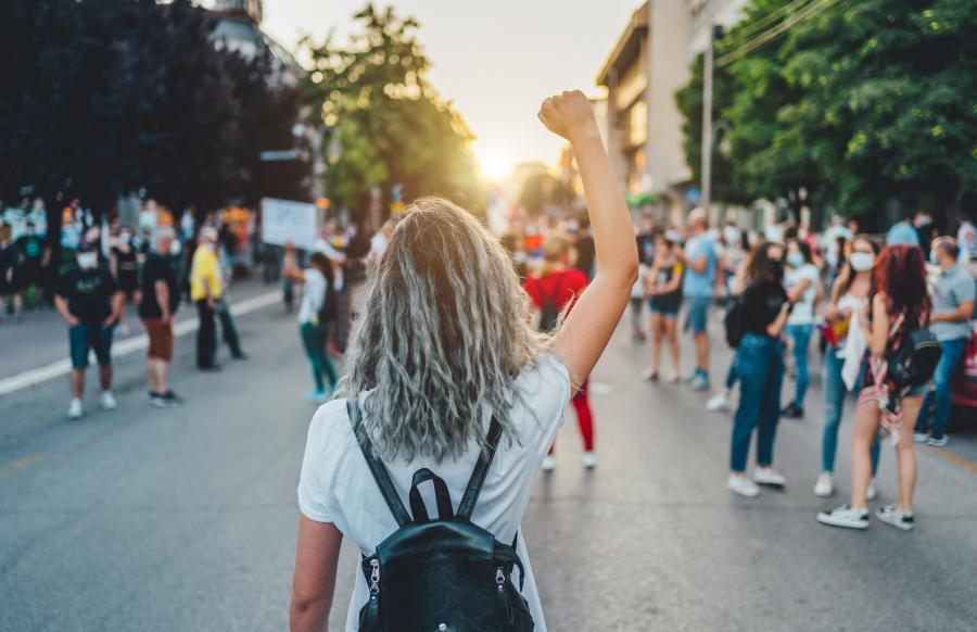 kvinne i demonstrasjon