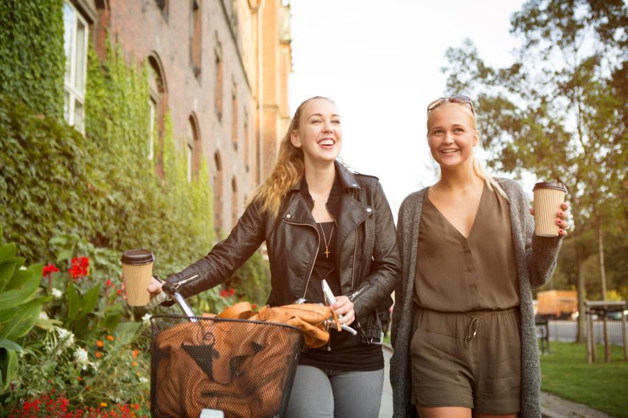to jenter som går tur
