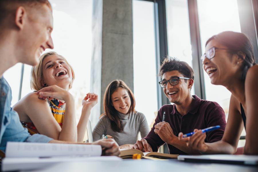 gruppe med unge mennesker som ler