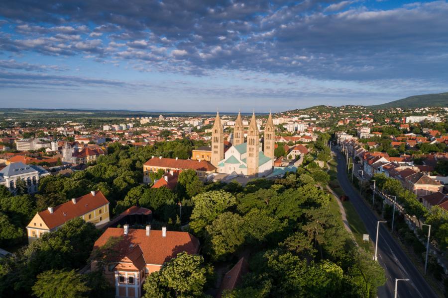 Blå himmel og utsikt over Pécs