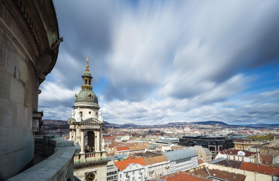 Blå himmel og utsikt over Budapest