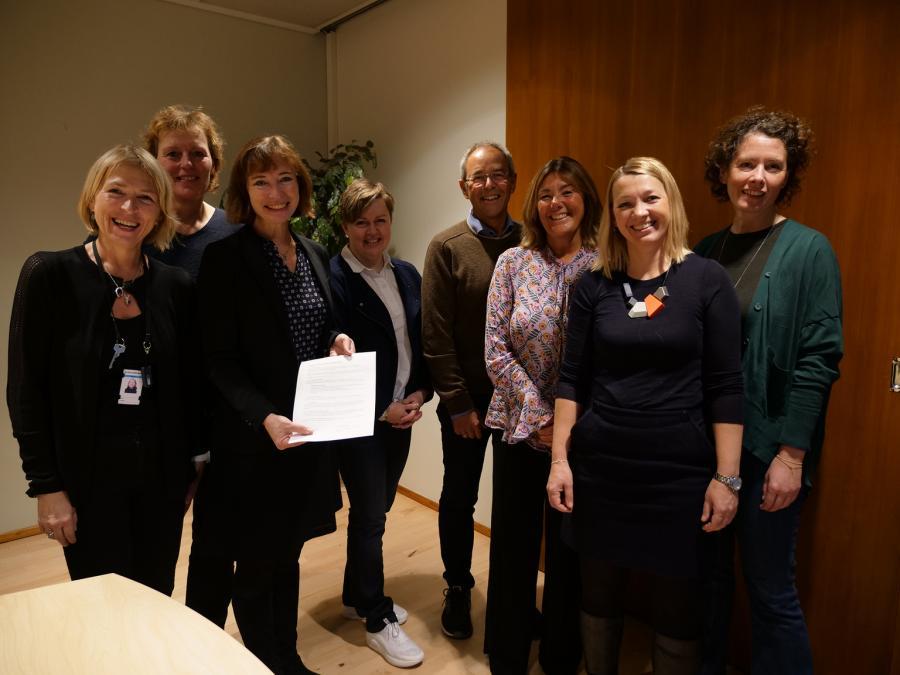 Gruppe representanter fra utdanningsinstitusjoner etter å ha undertegnet samarbeidsavtalen om studentombud