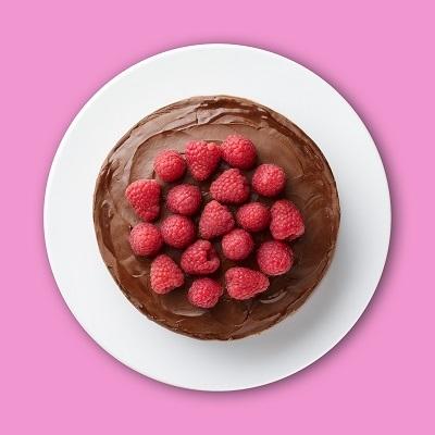 Un délicieux gâteau riche en chocolat et en framboises