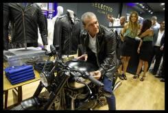 Antonio Baneras y la Triumph T100 preparada por Macco Motors
