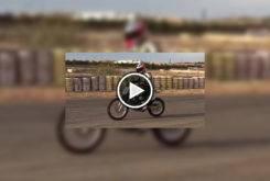 play keny noyes montando en moto kawasaki