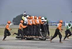 record 58 personas moto india 36