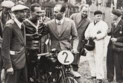 Carlo Guzzi (col cappello), Stanley Wood (pilota), Giorgio Parodi