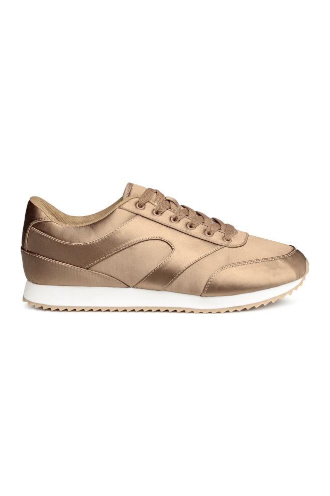 Satijnen sneakers met vetersluiting voor €7,99