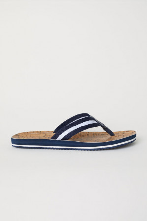 Slippers met een stoffen teenriem voor €3,99
