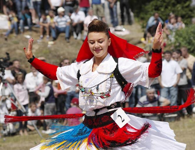 רקדנית בלבוש מסורתי אלבניה בחבל הבלקן