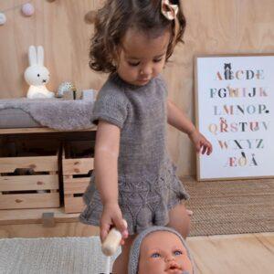 Bluum strikk - Ylva dansekjole i Pure Eco Baby Wool - Sirissima strikk