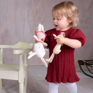 Bluum strikk - Kjole med fletter og puffermer i Zarina