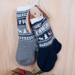Bluum strikk - Julestrømper med reinsdyr og valgfrie navn i Pure Eco Baby Wool