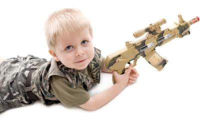 Er det greit å gi barna lekevåpen?