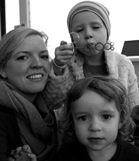 Tina sammen med døtrene Leona (5) og Pia (2).