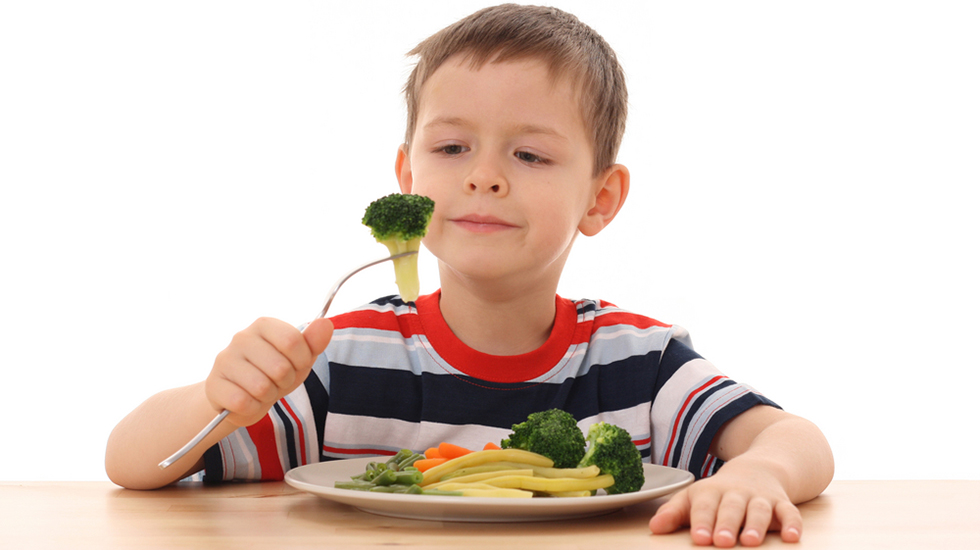 Franske barn sitter fint ved bordet og spiser grønnsakene foreldrene serverer dem. Illustrasjonsfoto: Shutterstock
